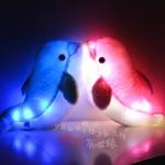 หมอนเรืองแสงหูฟังรูปปลาโลมาคู่รัก 2 ตัว กระพริบไฟเรืองแสงได้ ยังเป็นหูฟังลำโพงไว้ใช้กับมือถือ /Mp3 /Iphone /Ipodและอื่นๆๆ